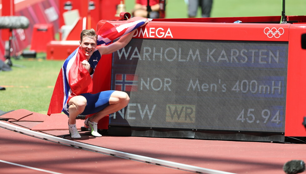 BEVISET: Karsten Warholm foran skiltet med vinnertiden. Foto: Bjørn Langsem