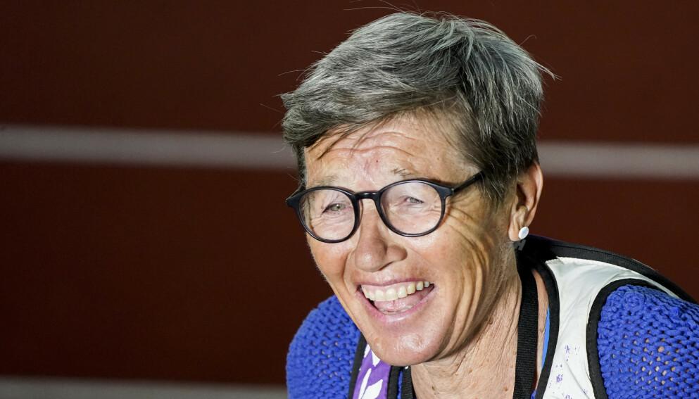 EKSTASE: Ingrid Kristiansen var i ekstase etter Karsten Warholms OL-gull i Tokyo. Foto: Lise Åserud / NTB