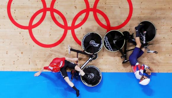 FULL KRASJ: Danskene og britene smalt inn i hverandre i semifinalen. REUTERS/Matthew Childs