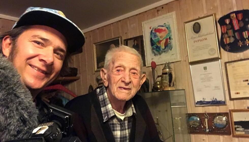 - HELTER: Jarle Andhøy mener krigsseilerne ikke har blitt hedret nok for deres innsats under andre verdenskrig. Her er Andhøy med den nå 106 år gamle tidligere krigsseileren Nils Økland. Foto: GoAlive.TV