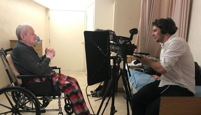 TIDLIGERE KRIGSSEILER: Andhøy sier til Dagbladet at han har snakket med nærmere 400 mennesker i arbeidet med den nye serien. Her er han avbildet med krigsseiler Rolf Kristoffersen. Foto: GoAlive.TV