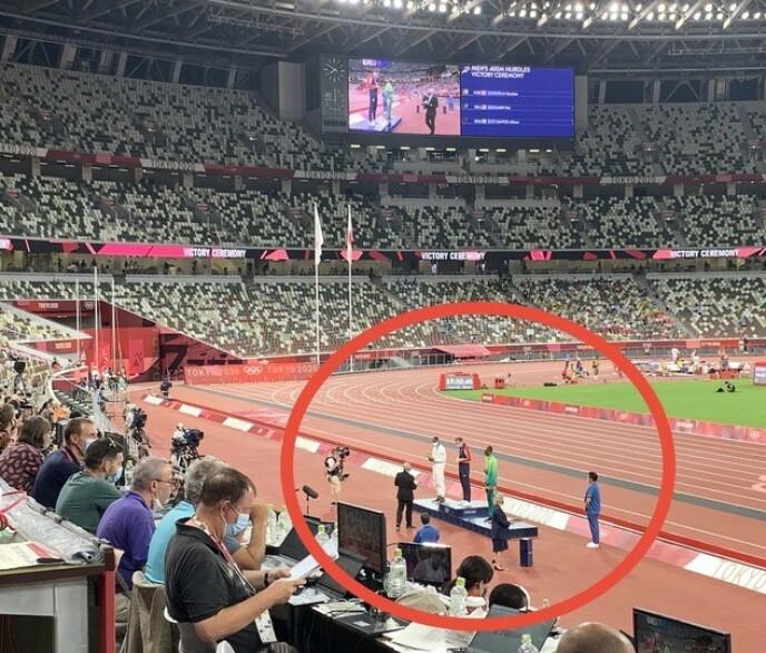 MEDALJESEREMONI: Karsten Warholm, Rai Benjamin og Alison dos Santos var som prikker på den store stadion. Men prestasjonene var gigantiske. Foto: Tore Ulrik Bratland