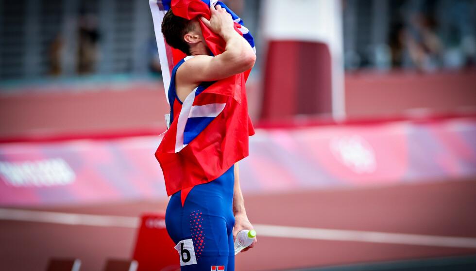 UVIRKELIG: Karsten Warholm tok ikke bare OL-gull, men smadret verdensrekorden. Foto: Bjørn Langsem