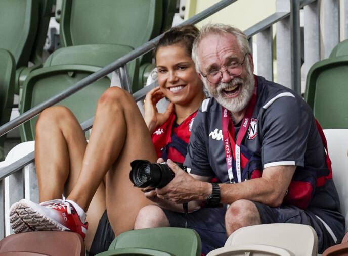 TEAM: Leif Olav Alnes trener både Karsten Warholm og Amalie Iuel. Her er Alnes og Iuel på tribunen under finalen på 400 meter hekk. Foto: Lise Åserud / NTB