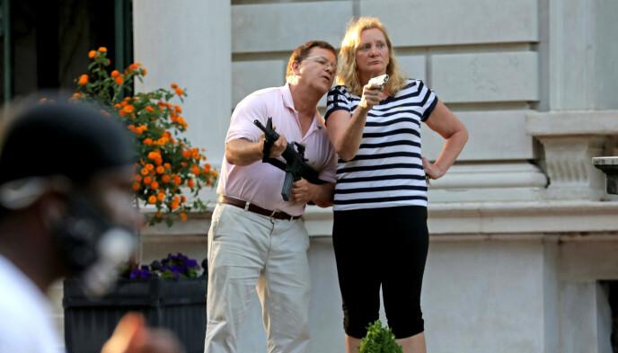 VEIVET: Mark og Patricia McCloskey trakk våpen mot demonstrantene. De var ubevæpnet, ifølge aktoratet. Foto: Laurie Skrivan / St. Louis Post-Dispatch / AP / NTB