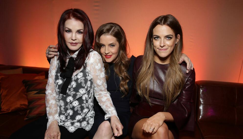 I SORG: Priscilla Presley, Lisa Marie Presley og Riley Keough mistet et kjært familiemedlem på denne tida i fjor. Nå er de i sorg igjen. Her avbildet sammen i 2015. Foto: Eric Charbonneau / REX / NTB