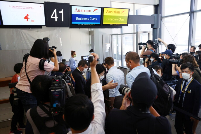 OMRINGET: Oppmøte av presse var massivt på flyplassen. Foto: NTB