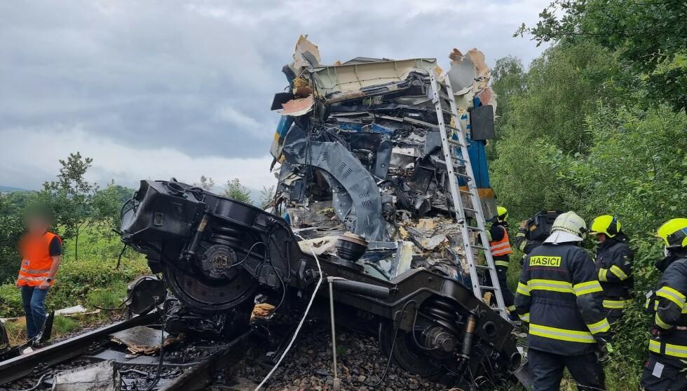 STYGG ULYKKE: Slik så det ene toget ut etter den voldsomme kollisjonen onsdag. Foto: Twitter/Sprava Zeleznic