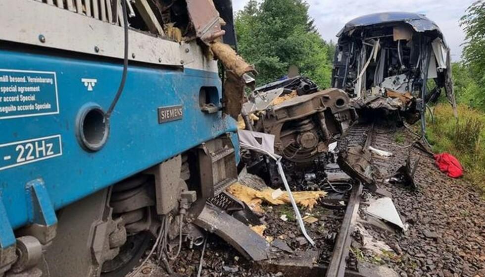 TOTALVRAK: Slik så ulykkesstedet ut etter onsdagens kollisjon. Foto: Plzen brannmaskap.