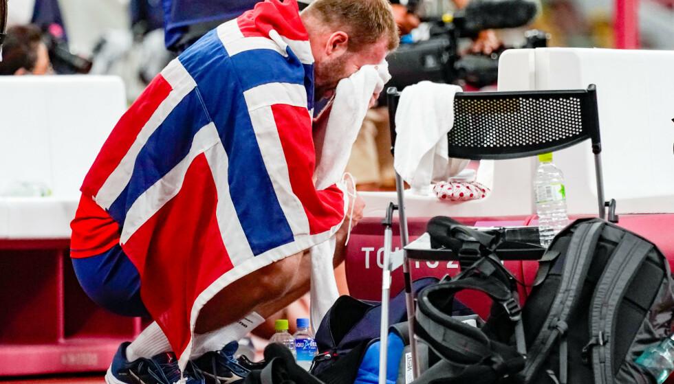 BRAST I GRÅT: Eivind Henriksen tok til tårene etter sølv under finalen i slegge på Olympic Stadion i Tokyo. Foto: Lise Åserud / NTB