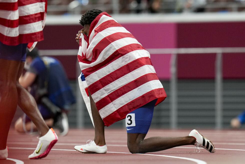 I PROTEST OG TAKKNEMMELIGHET: Noah Lyles kneler etter bronsemedaljen på 200 meter i protest mot rasisme. Det er slike markeringer IOC og Norge har vært imot. Det er et stygt svik av norsk idrett. Foto: Petr David Josek / AP / NTB