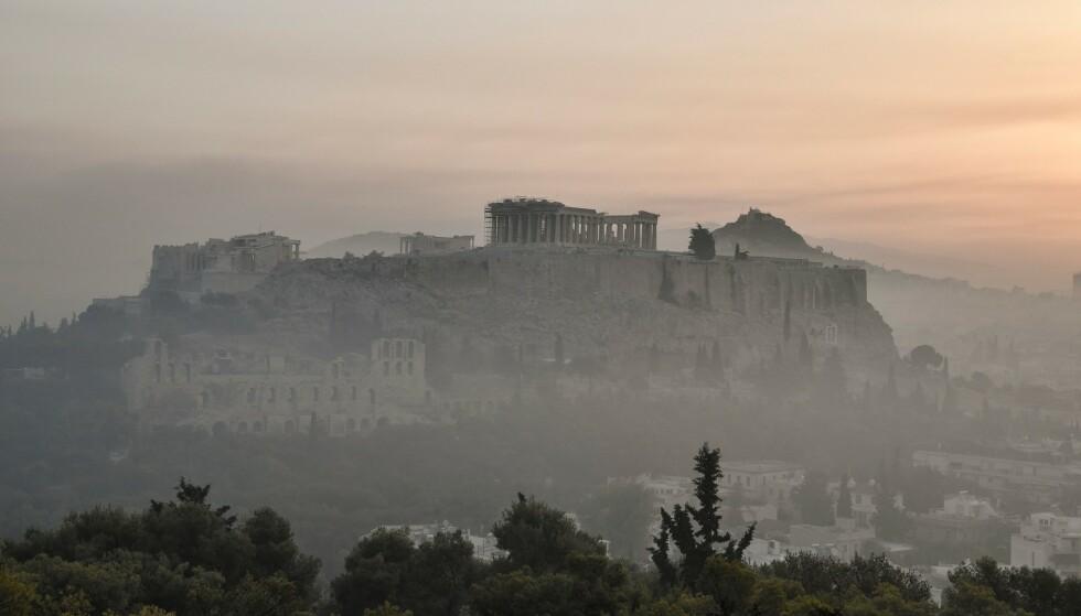 STENGT I VARMEN: Greske myndigheter gikk tirsdag til det uvanlige skritt å stenge Akropolis og andre severdigheter for turister når solen steker som verst om ettermiddagen. Foto: Louisa Gouliamaki / AFP / NTB