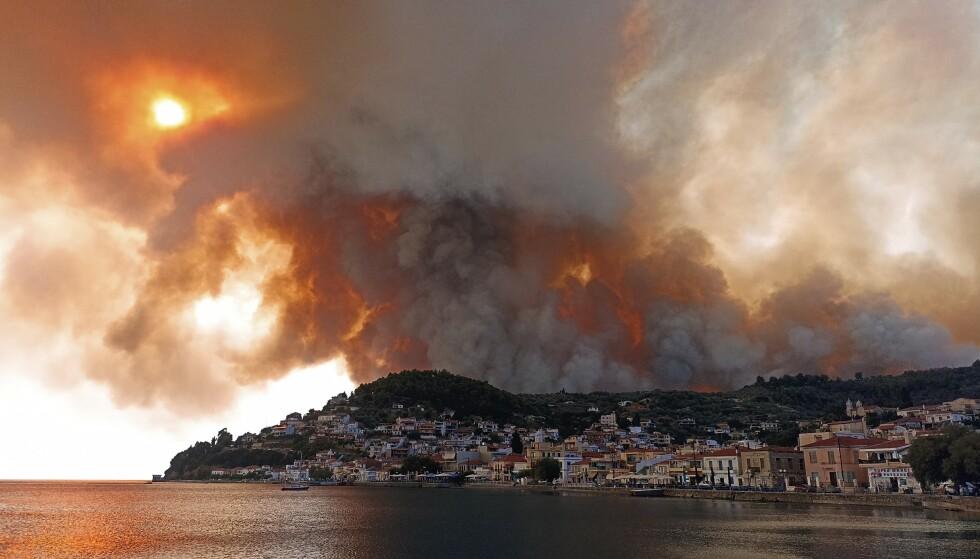 BRANNENE TRUER: På den greske øya Evvia har det brutt ut flere branner de siste dagene. Her fra landsbyen Limni. Foto: Michael Pappas / AP / NTB