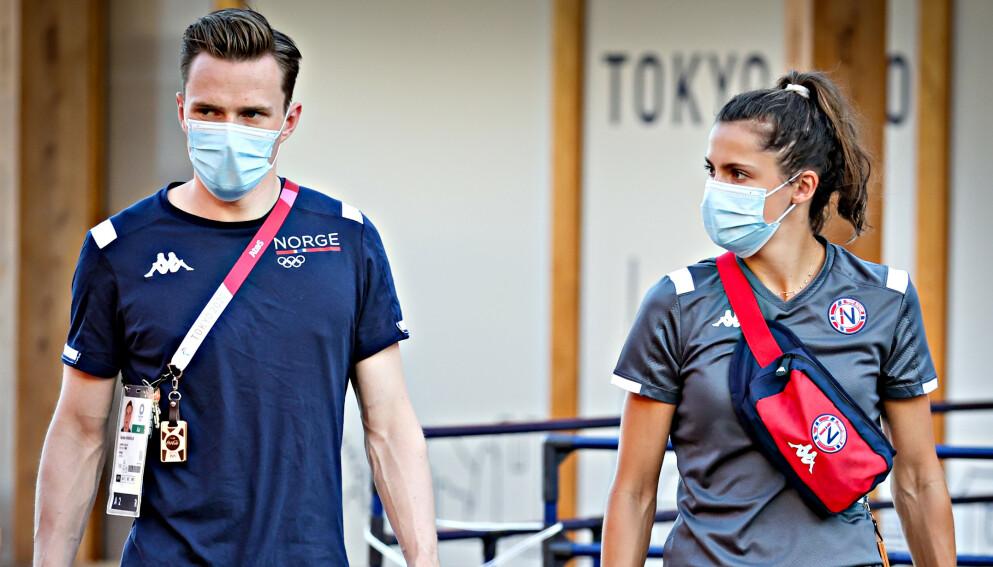 TETTE BÅND: Karsten Warholm ankommer en pressekonferanse i Tokyo sammen med Amalie Iuel.