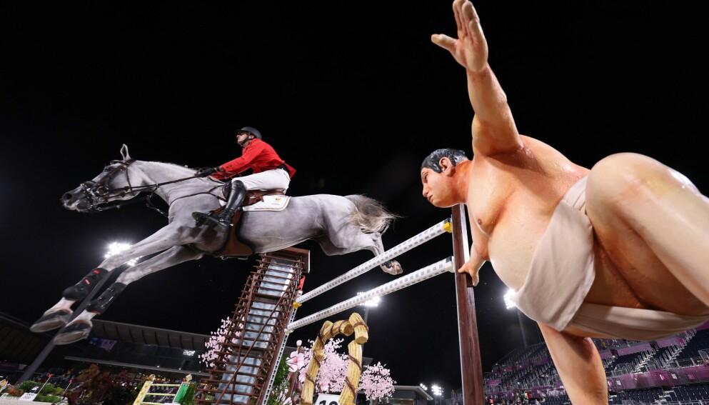 SKREMMER: Den realistiske voksfigueren av en sumobryter skal ha skremt enkelte av hestene i OL. Foto: AFP