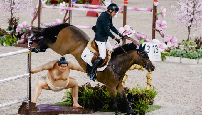 KOM SEG OVER: Norske Geir Gulliksen og hesten Quatro kom seg over det beryktede hinderet. Foto: NTB