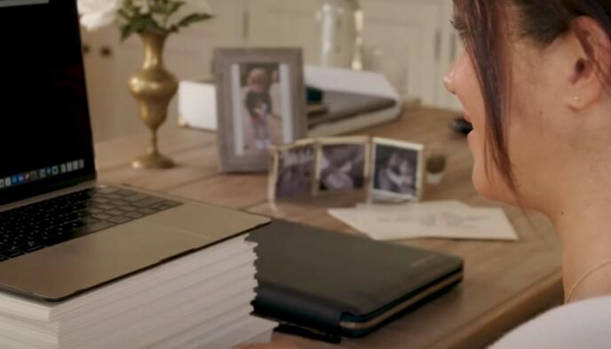 Inediti: Sullo sfondo si possono vedere diverse foto inedite della famiglia del Duca.  Tra l'altro la prima foto di Lilibet.  Foto: screenshot