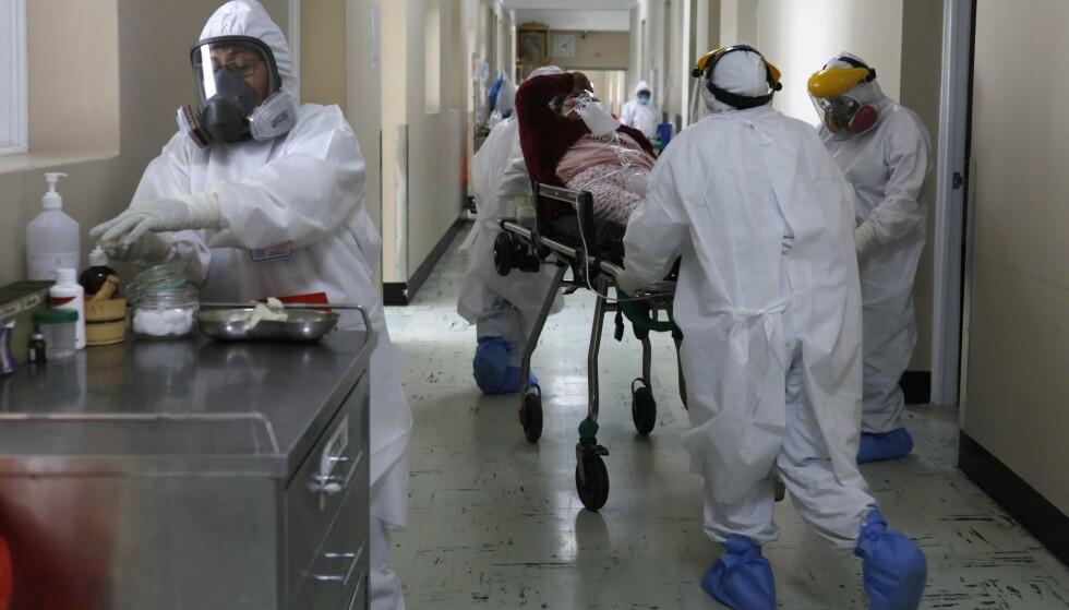 200 MILLIONER: En pasient blir fraktet rundt på et sykehus i Arequipa i Peru. Over 200 millioner mennesker har på verdensbasis fått påvist coronasmitte etter at pandemien brøt ut. Foto: Guadalupe Pardo / AP / NTB