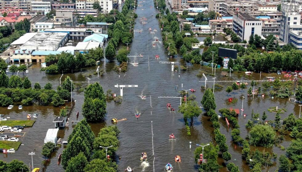 UNDER VANN: Store deler av Weihui, i Henan-provinsen i Kina, er under vann etter flommen. Foto: AFP / NTB