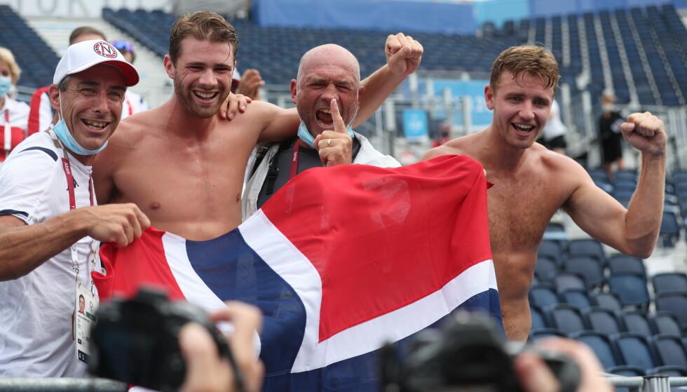 SEIERSBRØLET: Christian Sørum og Anders Mol i jubel sammen med trenerne. Foto: Bjørn Langsem / Dagbladet