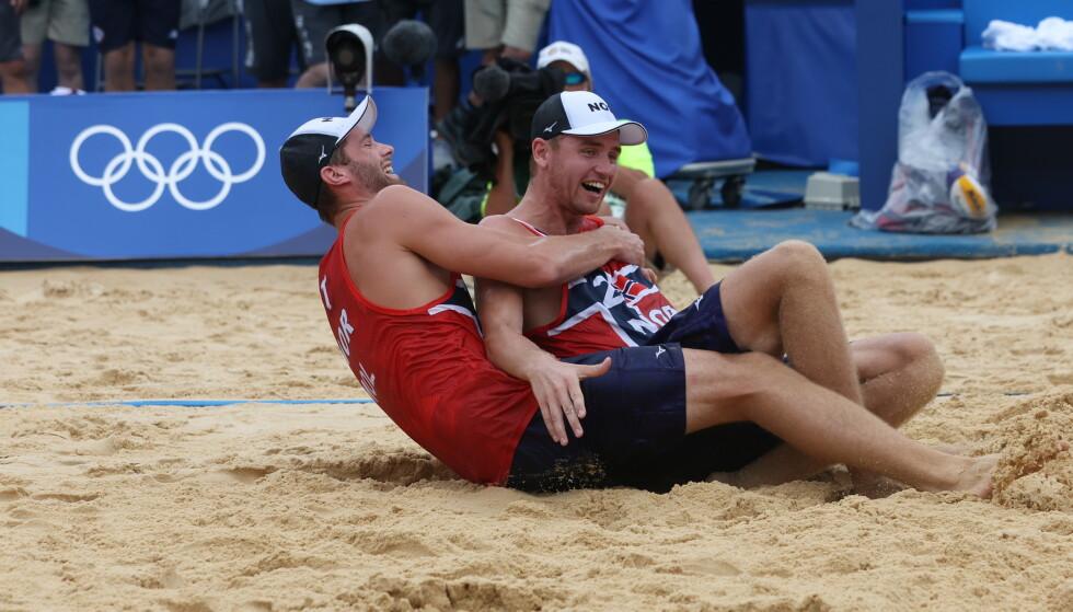 GLEDE: Anders Mol og Christian Sørum omfavnet hverandre i sanden etter seieren. Foto: Bjørn Langsem / Dagbladet