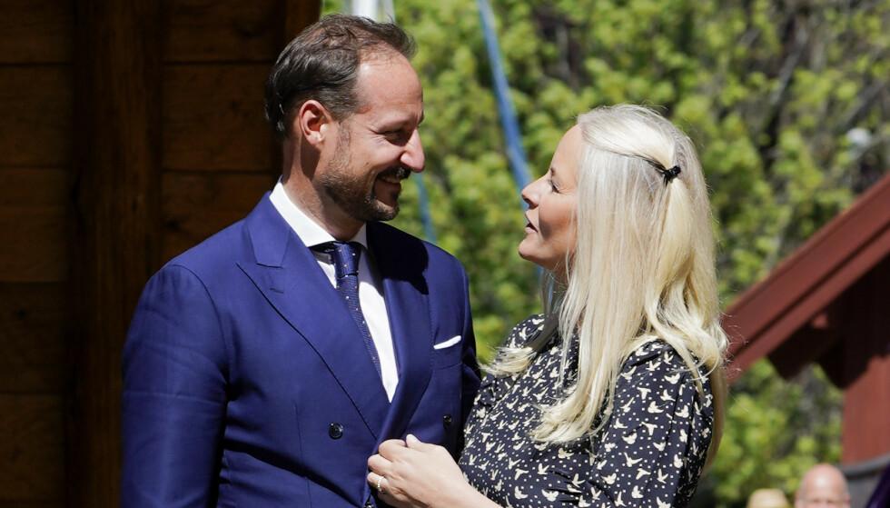 20 ÅR: Kronprinsparet har denne måneden vært gift i 20 år. Nå avslører kronprinsen hva han falt for ved Mette-Marit: Foto: Lise Åserud / NTB