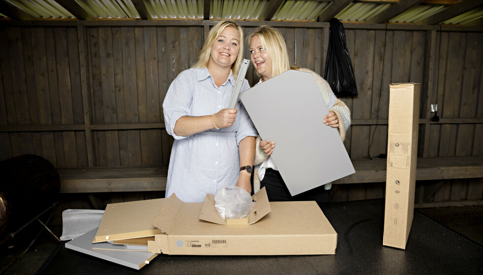 BYGGEGLADE: Tvillingene lærte seg mye da de bygde hytte i fjor sommer. Her setter de opp et IKEA-møbel. Foto: Kristian Ridder-Nielsen / Dagbladet