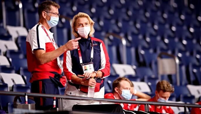 IDRETTSTOPPER: Toppidrettssjef Tore Øvrebø og idrettspresident Berit Kjøll på tribunen i Tokyo. Foto: Bjørn Langsem / Dagbladet