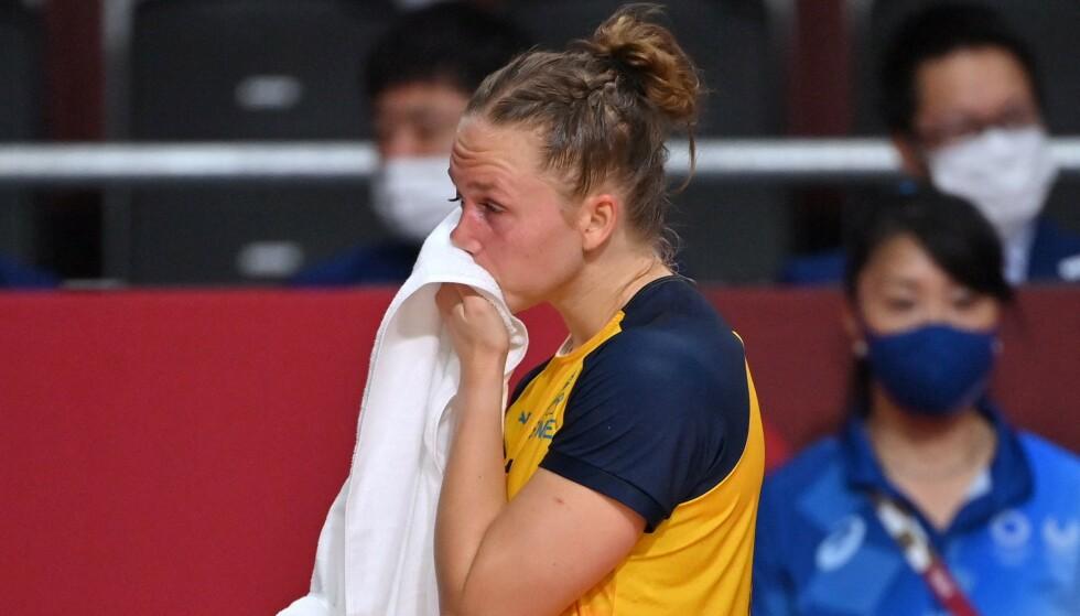 TRAGISK SLUTT: Det endte i tårer for Jenny Carlsson og resten av de svenske håndballjentene. FOTO: AFP