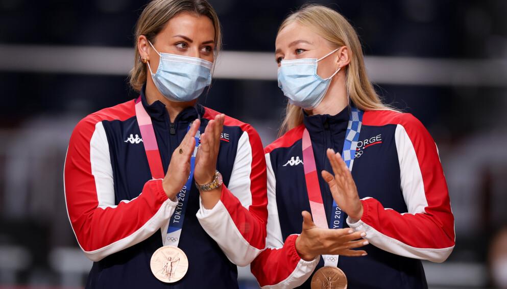 BRONSE: Nora Mørk og Stine Bredal Oftedal med bronsemedaljen på premieutdelingen. Foto: Bjørn Langsem / Dagbladet