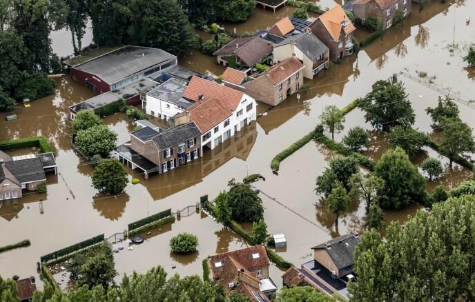 FLOMMER OVER: Innbyggerne langs Maas-elva i Nederland måtte flykte i full fart da elva vokste i enorm fart på grunn av nedbør i forrige måned. Minst 126 personer døde i flommene som rammet Belgia, Nederland og deler av Tyskland. Mer ekstremnedbør og flommer vil komme i åra som kommer. Foto: AFP/NTB