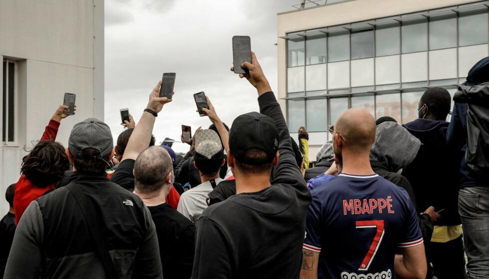 KOMMER HAN!?: Supportere har samlet seg utenfor Le Bourget-flyplassen i Paris i påvente av Messi. Foto: GEOFFROY VAN DER HASSELT / AFP