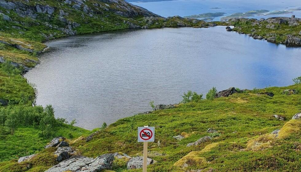 SØRSKOTVATNET: Bjørn Godal i Salten friluftsråd mener skiltet på Sørskotvatnet burde fjernes. Foto: Privat