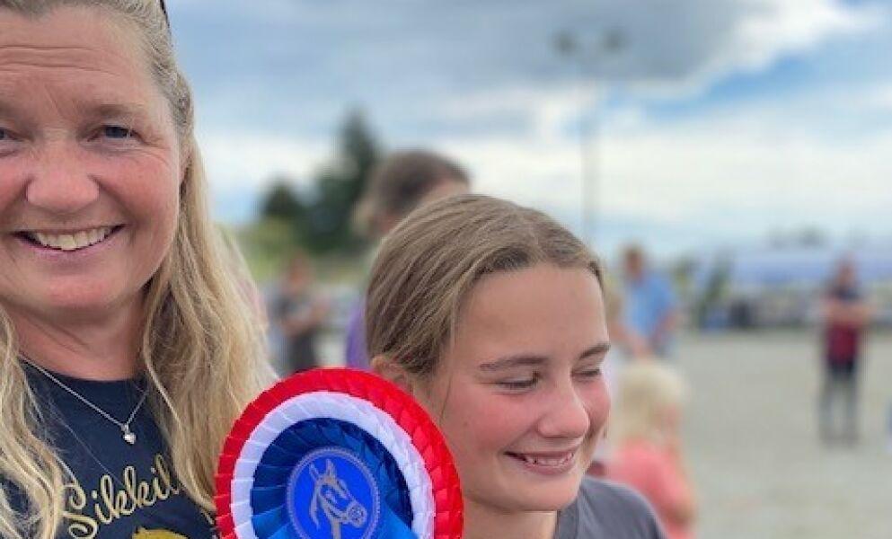 SMILTE BREDT: Agna og Hanne Hollekve ble denne helga norgesmestre i «brukshestkjøring». Etterpå satt smilene løst hos dem begge. Foto: Privat