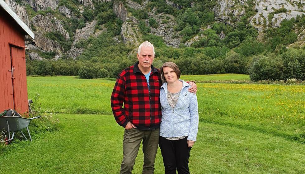 LEI: Tor og Anita Jensen håper skiltet deres kan forbli oppe, slik at bakteriene som er funnet i vannet kan forsvinne. Foto: Privat