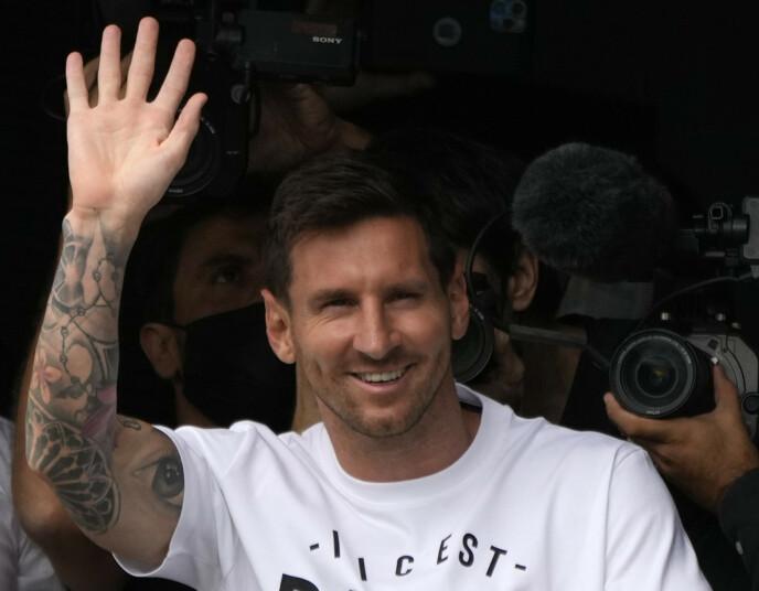 VINKET: Lionel Messi vinket til de fremmøtte da han landet i Paris tirsdag. Foto: AP