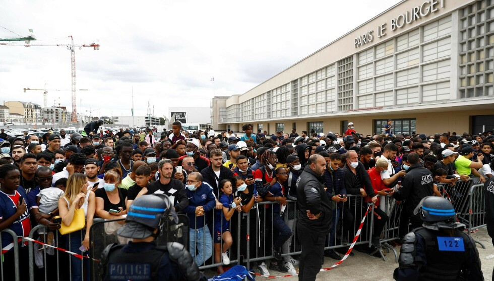OPPMØTE: Det var et stort oppmøte av journalister og supportere som samlet seg utenfor flyplassen i påvente av Lionel Messi. Foto: AFP