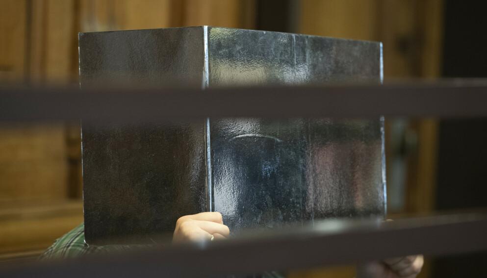 TAUS: Den tiltalte mannen under rettssaken i Berlin i Tysklnad tirsdag. Mannen ønsker ikke å vise sin identitet i retten, og han ønsket heller ikke å uttale seg om anklagene som er rettet mot ham. Foto: Paul Zinken / DPA via AP / NTB