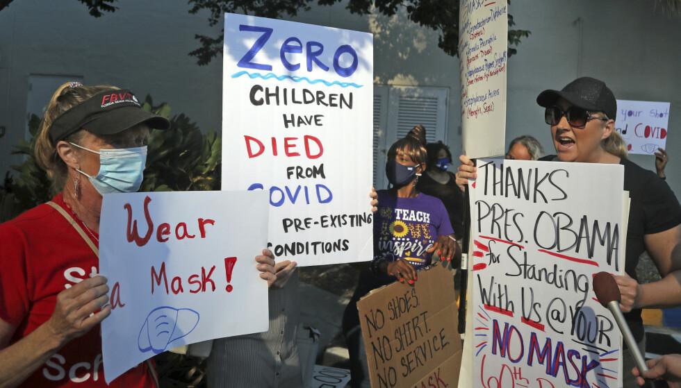 Mary Tereilleger til venstre er barnehagelærer i Boward Count skoledistrikt, og er for bruk av munnbind. Antimunnbind-demonstrant Heather Tanner til høyre Mary Tereilleger. Foto: Amy Beth Bennett/South Florida Sun-Sentinel via AP