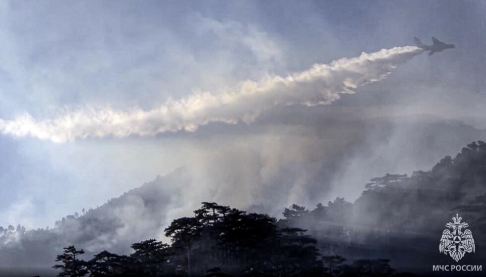 BRANN: Russland har blant annet satt inn fly i kampen mot flammene. Foto: Russian Emergency Situations Ministry press service / AP / NTB