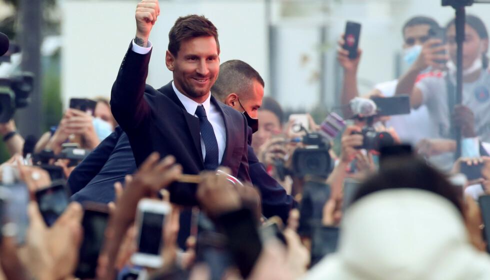 VILLE FANS: Lionel Messi skapte mye oppstyr da han ankom Paris tirsdag. Foto: Reuters