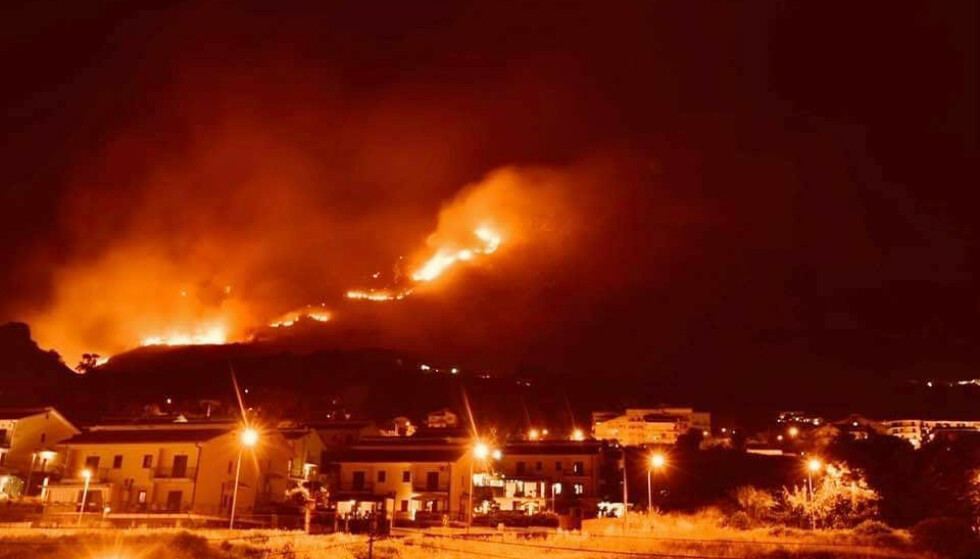 STORE ØDELEGGELSER: Det har oppstått mange branner i Italia som følge av høye temperaturer den siste tida. 150 mennesker måtte evakueres fra en landsby i utkanten av Catania etter at en brann kom faretruende nært. Foto: Piana Degli / Dapress / Splash News