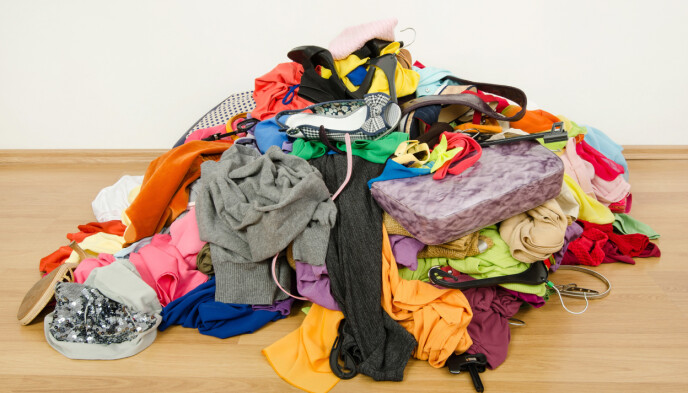 FÅ OVERSIKT: Start med å tømme garderoben fullstendig. På den måten får du oversikt over hva du har.