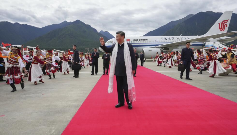 KEISEREN: Xi Jinping tas imot av barn i Tibet i sommer. Han strammer til diktaturet på alle fronter. Foto: AP / NTB