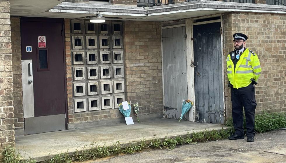 ÅSTEDET: Det er lagt ned blomster på stedet hvor James Markham ble funnet drept. Foto: PA Photos / NTB
