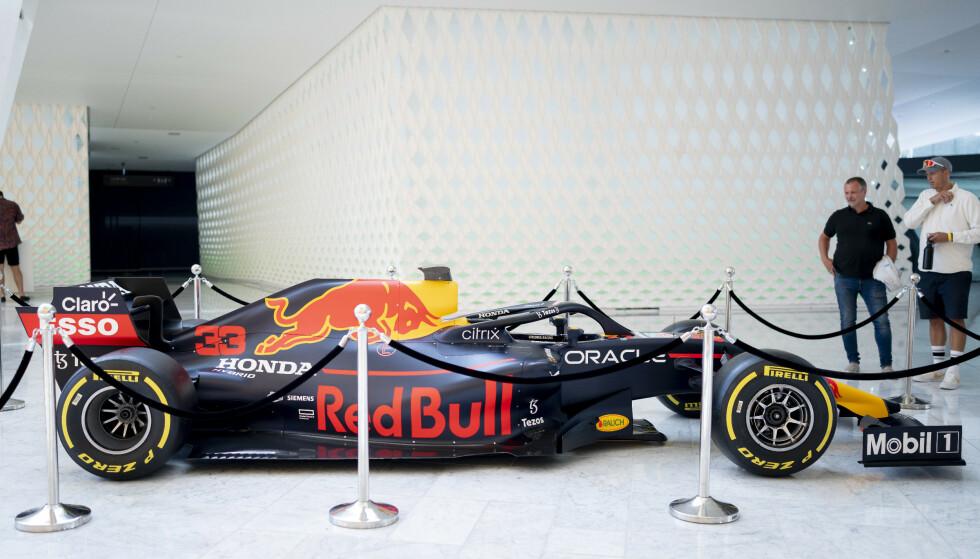 BIL: Formel 1-stjerna Max Verstappens bil fra 2018 er utstilt i Operahuset i Oslo. Foto: Fredrik Hagen / Dagbladet
