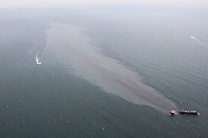 OLJESØL: Skipsvraket har dannet e langt oljeflak. Foto: AP/NTB