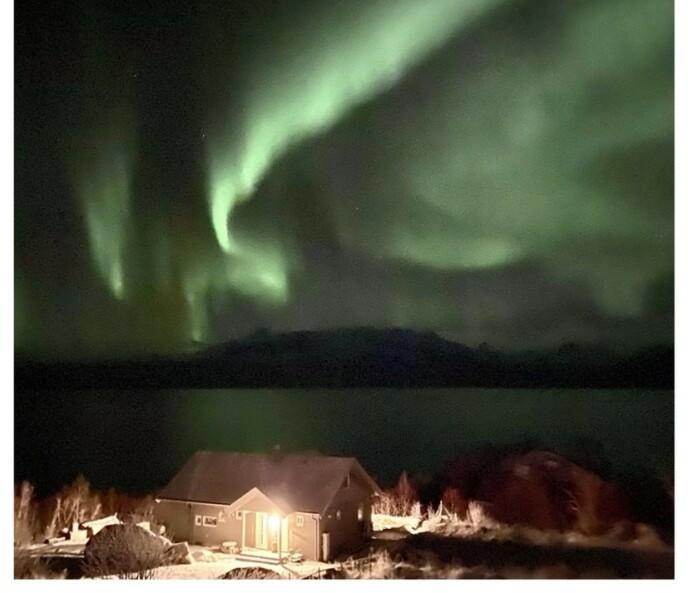VAKKERT SYN: Laila Locherts «Farmen»-hytte ligger idyllisk til i Vesterålen i Nord-Norge. Foto: Privat