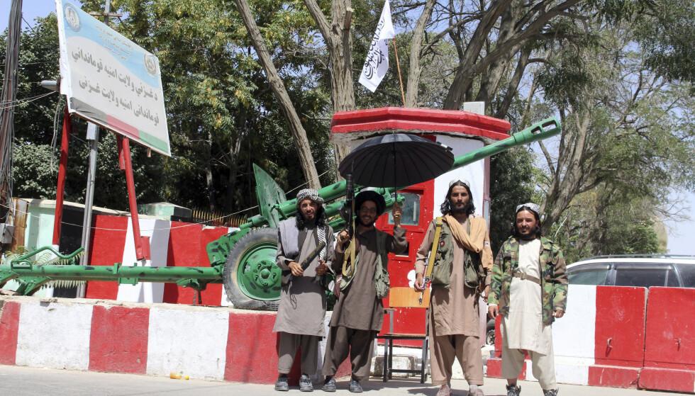 OPPRØRERNE: Taliban-krigere poserer i sentrum av Ghazni sørvest for Kabul, en av de 18 provinshovedstedene opprørerne har erobret den siste uka. Foto: AP/NTB
