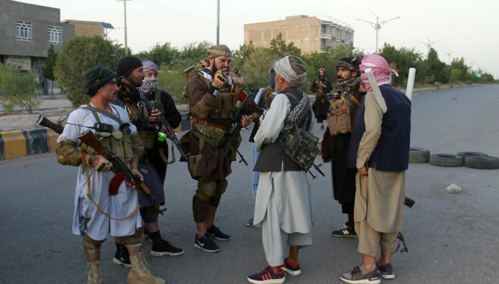 INNTATT: Medlemmer av krigsherren Ismail Khans mektige milits i Herat-provinsen. Taliban har nå inntatt provinshovedstaden og Khan har overgitt seg. Foto: AP / NTB